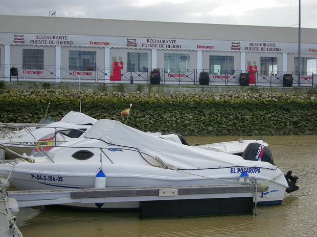 Imagen del restaurante desde el pequeño puerto deportivo situado a su lado. Foto: Cosas de Comé