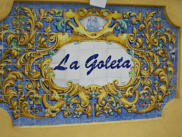 Mosaico que preside la entrada al restaurante La Goleta. Foto: Cosas de Comé