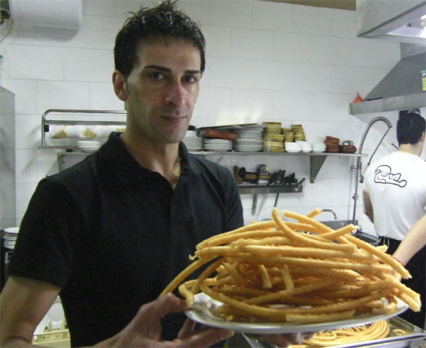Carlos Basteiro con una gran fuente de churros de La Ponderosa. Foto: Cosas de Comé