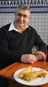 Ignacio Ceballos sentado en la taberna con una copa de fino de El Puerto y una tapa de pavías. Foto: La Voz de Cádiz