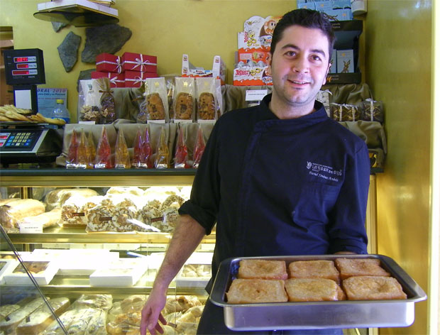 Daniel Jiménez, el maestro pastelero de la Rosa de Oro de Jerez con una fuente de sus torrijas. Foto: Cosas de Comé
