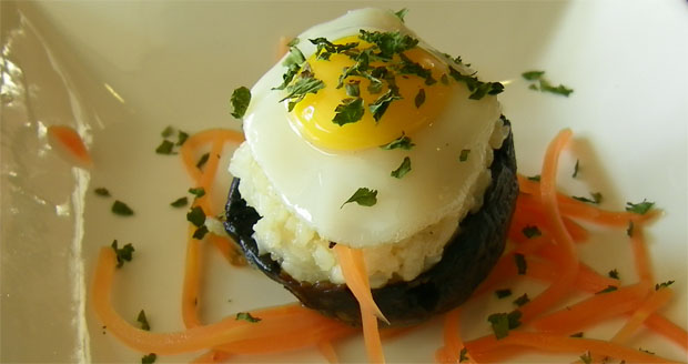 Los champiñones rellenos de arroz cremoso y huevos de codorniz, una de las originales tapas de Marinero en tierra. Foto: Cosas de Comé