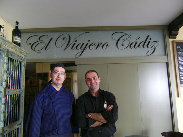 Jesús Bianquetti, jefe de cocina y Pancho Jiménez, jefe de sala de El Viajero Cádiz posan a la entrada del comedor del restaurante. Foto: Cosas de Comé