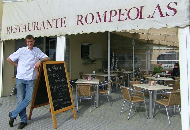León Griffioen en la puerta de su nuevo establecimiento El Rompeolas junto a la playa de Santa María del Mar. Foto: Cosas de Comé.