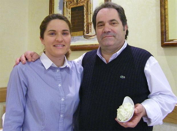 Manolo Sierra y su hija María, que le ayuda en el restaurante, con un plato de su famosa ensaladilla de gambas. Foto: Cosas de Comé