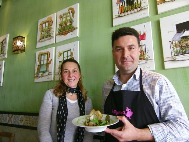 María José Cueto y Victor López con uno de los platos elaborados para la Senda de las Maritatas. Foto: Cosas de Comé