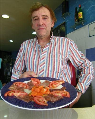 Paco Delgado o Paco Parada, uno de los pocos artesanos de las salazones que quedan en Barbate. Foto: Cosas de Comé.