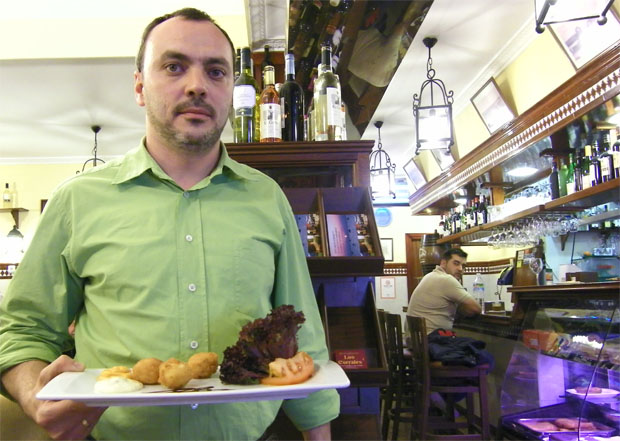 El autor de la tapa, Paco San Nicolás, con los buñuelos de bacalao. Foto: Cosas de Comé.