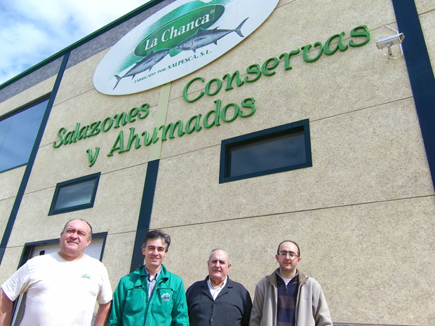 La familia Gómez delante de sus nuevas instalaciones del polígono El Olivar de Barbate. Foto: Cosas de Comé.