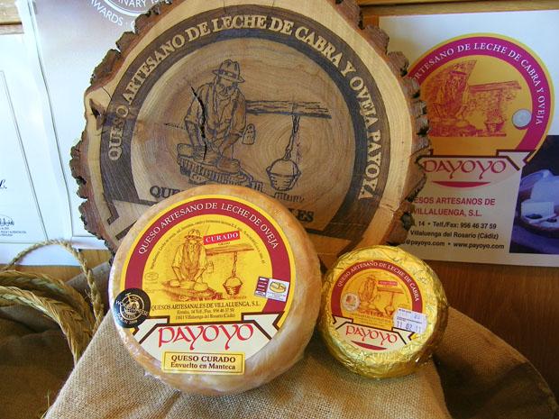 Quesos payoyos de Villaluenga junto al logotipo de la quesería, la primera que se fundó en el pueblo. Foto: Cosas de Comé