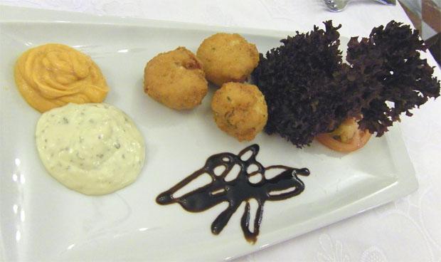 La espectacular tapa de buñuelos con bacalao que ofrece el restaurante Los Corrales. Foto: Cosas de Comé