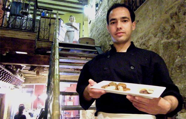 El cocinero Enrique Turrent en El Aljibe con uno de sus platos. Foto: Cosas de Comé.