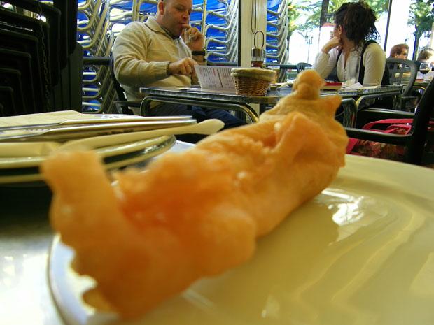Una pavia de merluza rebozada servida en la terraza de Casa Paco Ceballos. Foto: Cosas de Comé