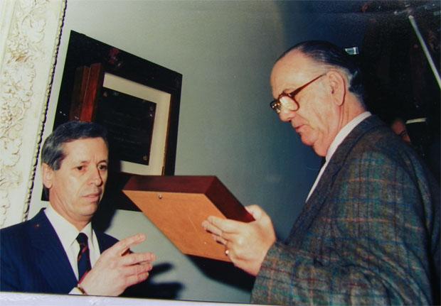 Alejandro Fernández entrega un recuerdo de la ocasión al Nobel Camilo José Cela.