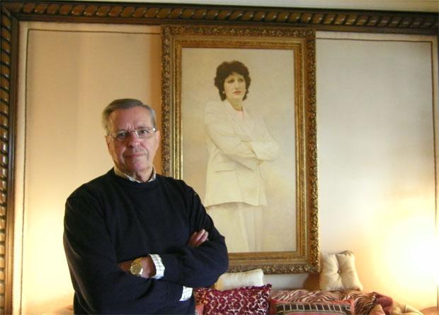Alejandro Fernández Gavilán delante de un cuadro de su esposa Nati. Foto: Cosas de Comé