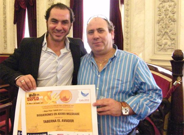 Antonio Beardo, uno de los propietarios de la Taberna del Aviador, junto al cocinero Rómulo Durán (con camisa azul) tras recoger el premio de la ruta de la tapa de Cádiz de 2009. Foto: Cosas de Comé