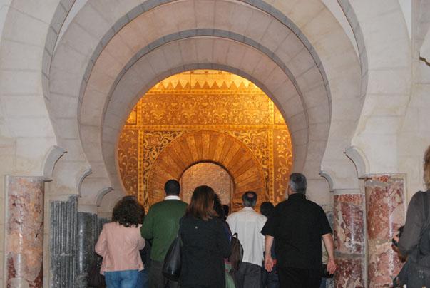 Imagen interior del castillo. Pueden verse los restos de la antigua mezquita. Foto: Sebastián Gómez.
