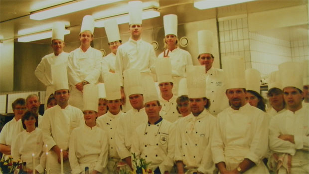 El equipo de cocineros que preparó la cena de los premios Nobel. En la primera fila, en el centro, aparece Alejandro Fernández. Foto cedida por Alejandro Fernández y Nati Mateos