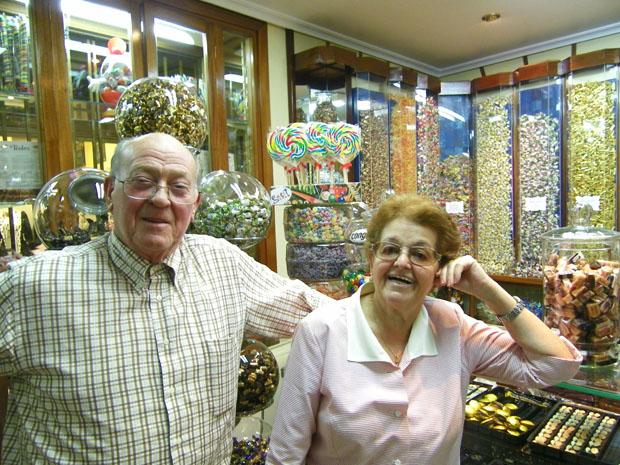José Pérez Núñez y Manuela Rodríguez Rodríguez, los fundadores de Maype, en el mostrador de su tienda de bombones y caramelos. Foto: Cosas de Comé