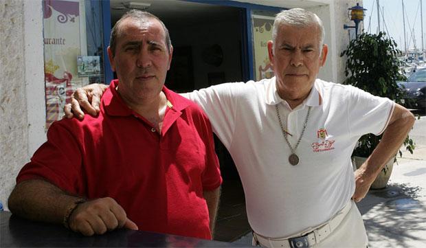 Curro El Cojo, de blanco, junto a su hijo Patricio, también dedicado a la hostelería. Foto: Román Ríos