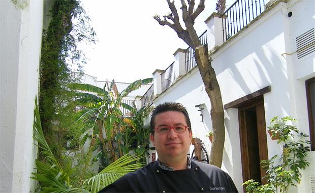 El cocinero Dani Martínez en la terraza de su nuevo gastrobar de La Posada de Palacio. Foto: Cosas de Comé.