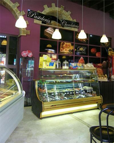 Pastelería de Delicia Rosa En Arcos. Una puerta comunica con una cafetería donde se pueden tomar los dulces comprados en la tienda. Foto: Cosas de Comé.