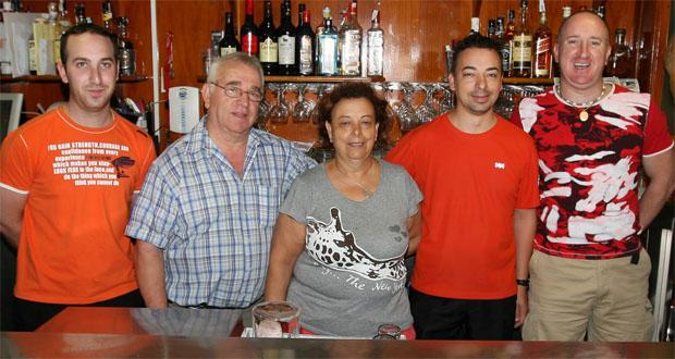 Parte de la familia Márquez Manzano tras el mostrador de La Dorada. Foto: Victor López