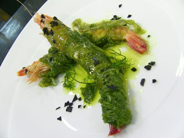 El nuevo plato de El Faro de El Puerto con los langostinos de Sanlúcar que se asan ya pelados, envueltos en algas. Foto: Cosas de Comé