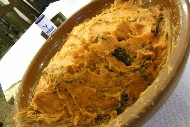 Lebrillo con manteca colorá del restaurante Los Corrales dispuesto para ser servido. Foto: Cosas de Comé.