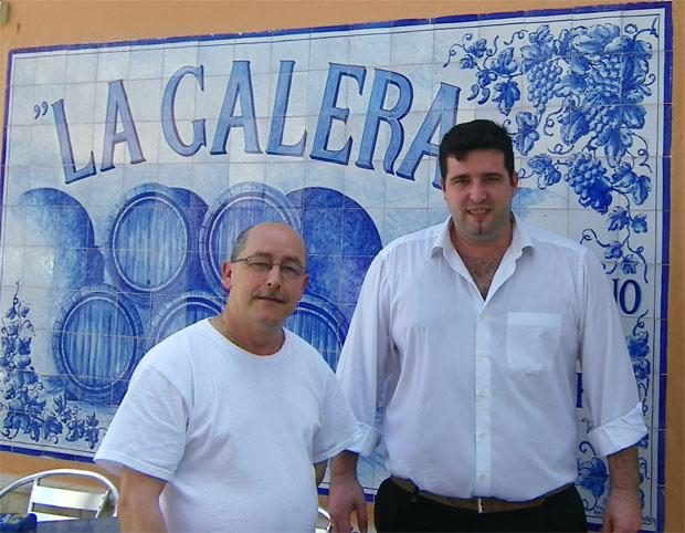 El cocinero Manuel Díaz y el camarero Oscar Sánchez Jiménez de la Taberna La Galera. Foto: Cosas de Comé
