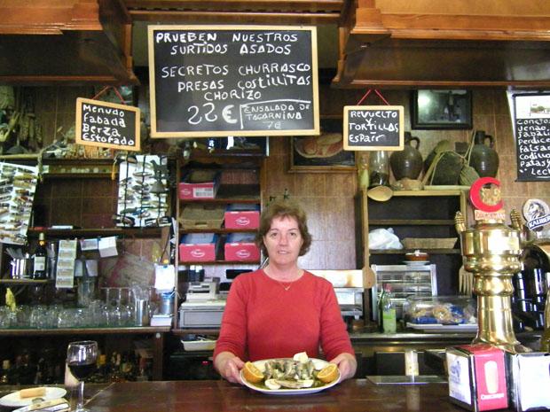 Manuela Pérez Román, la cocinera de la Venta El Cantarero II, muestra su ensalada tras la barra de la Venta