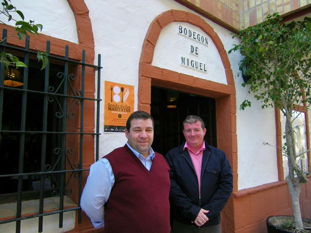 Miguel Angel López (con chaleco rojo) juntao a su hermano Juan, gerente del bodegón, a la entrada del establecimiento. Foto: Cosas de Comé