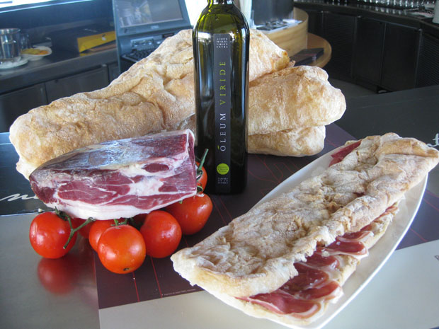 Pan de cristal con jamón, tomate y aceite de oliva de la Sierra de Cádiz.