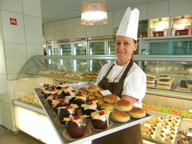 La maestra pastelera Pepi Martínez con algunos de los dulces de la pastelería de la familia en Barbate. Foto: Cosas de Comé