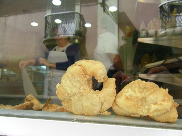 Típica estampa de un freidor gaditano, el pescado frito en tajadas expuesto en el cristal expositor que da a la calle y que permite al público contemplar el pescado recien frito. Foto: Cosas de Comé