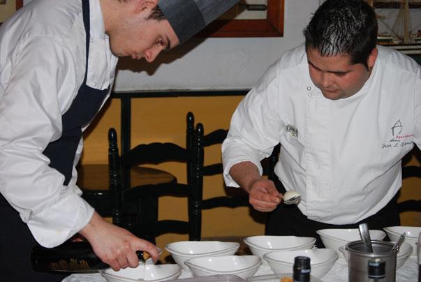 Cocineros de A Poniente preparan en las instalaciones de la bodega Gutiérrez Colosía el postre especialmente diseñado para la ocasión por Angel León. Foto: Sebastián Gómez