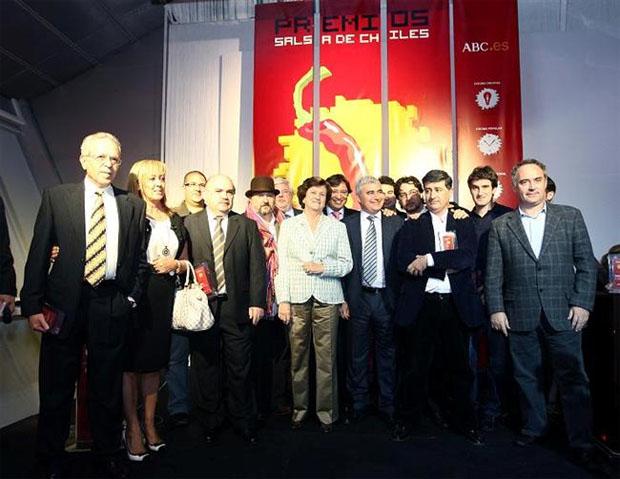 Los premiados por el blog Salsa de Chiles. El tercero por la izquierda, con bigote, es Pepe Melero, el gerente de El Campero de Barbate. Foto: Blog Salsa de Chiles