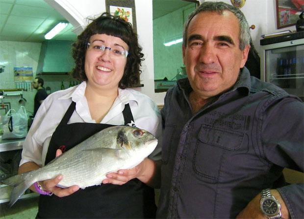 Tamara y Juan Osorio conuna de las estupendas doradas de estero que sirven en el local. Foto: Cosas de Comé