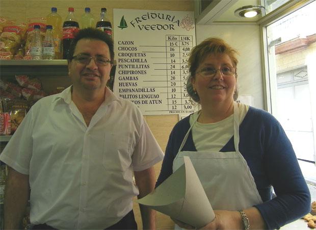 José Baro Arévalo y Mercedes Rey Ferradans, con el cartucho preparado para servir el pescado: Foto: Cosas de Comé