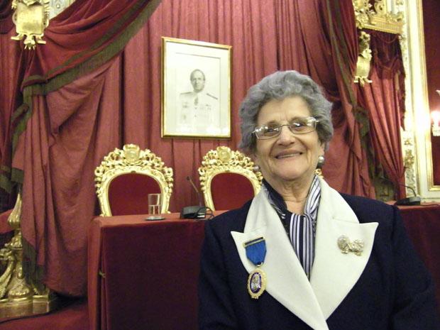 Teresa Montero con la medalla al Trabajo ya en su solapa en el salón de plenos de la Diputación de Cádiz. Foto: Cosas de Comé