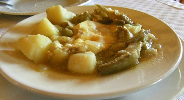 Las papas con alcauciles, uno de los guisos que se degustarán durante las fiestas. La foto pertenece a la versión de este plato de la Venta El Albero de Jerez. Foto: Cosas de Comé