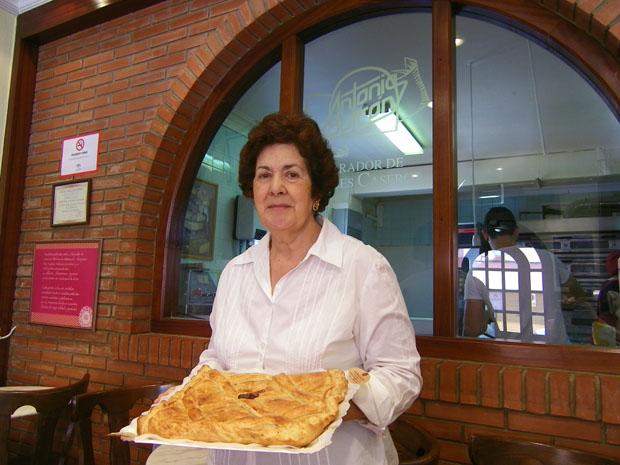 Antonia Butrón con una de sus empanadas de hojaldre. Foto: Cosas de Comé
