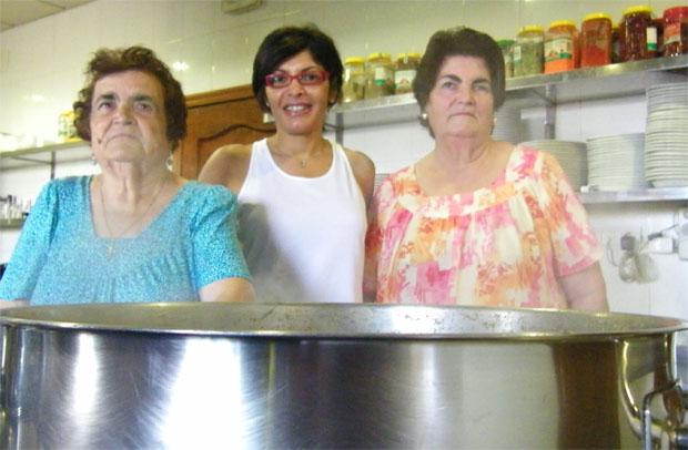 Regla Caro Calderón, la creadora de la receta de la berza de la Venta Aurelio, junto a su nieta, Luisa Castro Tirado, y su hija, Antonia Tirado Caro, que la hacen actualmente y mantienen la receta familiar. Foto: Cosas de Comé.