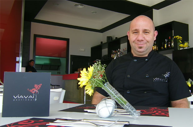Diego Marengo en una de las mesas de su gastrobar chiclanero. Foto Cosas de Comé