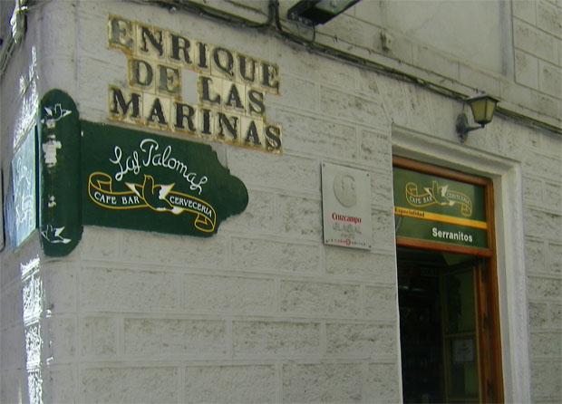 Detalla de la fachada del mítico Bar Las Palomas en la calle Buenos Aires. Sobre la pared el escudo del bar con una paloma pintada. Foto: Cosas de Comé