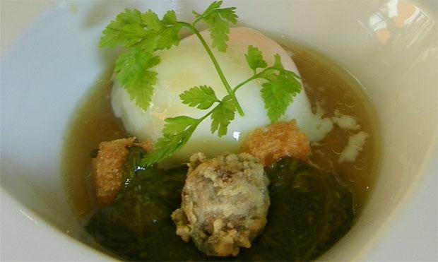 La sopa con huevo a baja temperatura, trufa y ortiguillas del Campo de Gibraltar. Foto: Cosas de Comé.