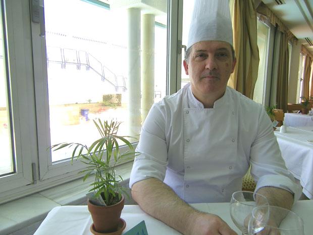 El jefe de cocina del Hotel Playa Victoria de Cádiz, Javier Bocanegra, en el comedor del restaurante Isla de León. Foto: Cosas de Comé