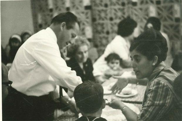 José Román Naranjo en Las Palomas. AL fono puede verse la celosía con azulejos que separaba el salón de los servicios. Foto cedida por la familia.