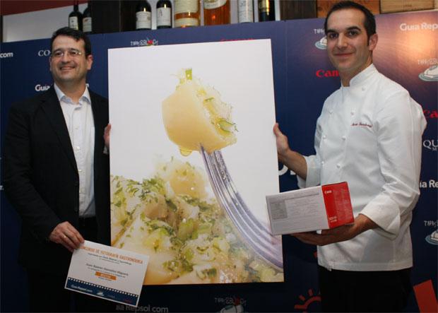 El cocinero gaditano Juan Ramón González recibe el premio de manos de su colega Mario Sandoval. Foto: Cedida por De la Vista al Paladar