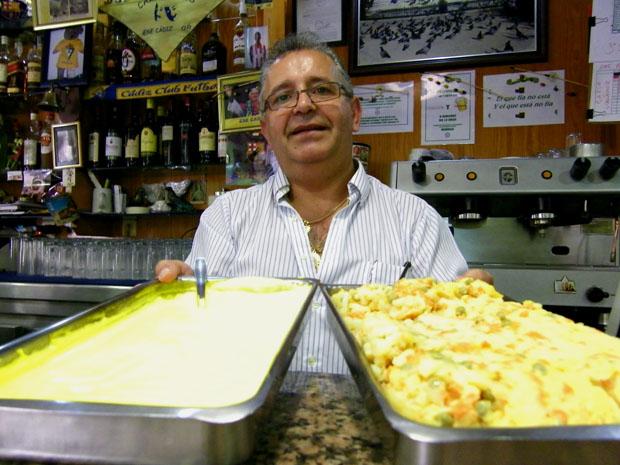 Manolo Pérez Oliva muestra una fuente con mayonesa y otra con la mezcla de patatas, zanahorias y chicharos. Los dos ingredientes de la famosa ensaladilla. Foto: Cosas de Comé.